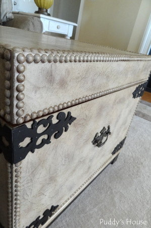 Living Room Reveal - trunk detail